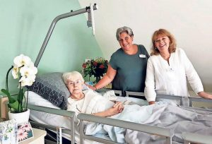 Mevrouw-Krol-wordt-zo-comfortabel-mogelijk-in-het-bed-gelegd