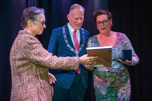 Margot De Bekker Ontvangt Bronzen Legpenning